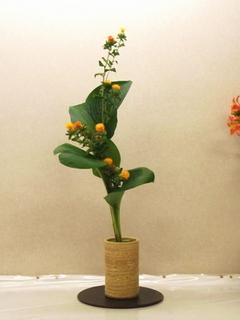 擬宝珠と紅花のお生花